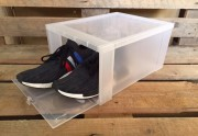 Populær transparent skobox i hård plast med drop down front. Dine sneakers glider let ind og ud af boken. Sneaker Head boxen er stabelbar, så du kan stable dem fra gulv til loft uden problemer, så de tager så lidt gulvplads som muligt. Disse Sneaker Head skoboxe er de mest solgte i USA.